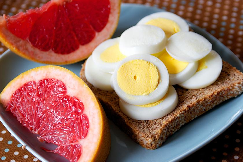 Students should consume a breakfast that includes proteins, whole grains, and complex carbohydrates.