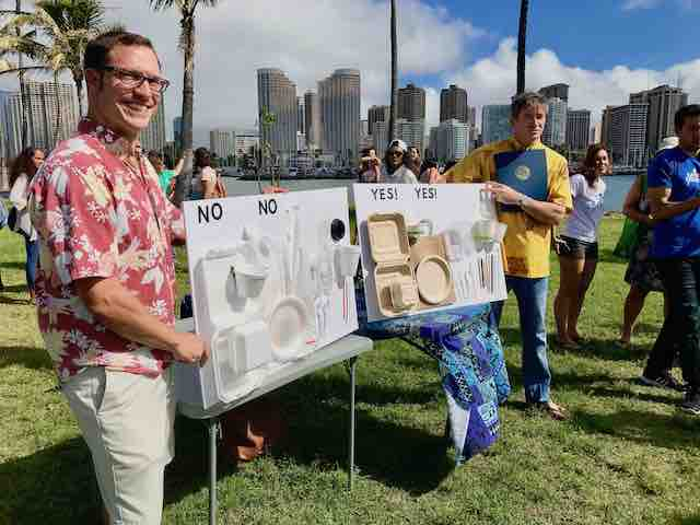 Surfrider Foundation distinguishes from sustainable and harmful packaging with a display.